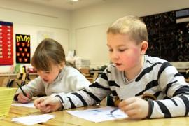 Salla Puisto ja Jonne Teperi harjoittelivat numeroita bingoamalla. Iostkin numerot löytyivät ruudukosta, vaikka oppitunneilla on päästy vasta numeroon 19. Kuva: Kiti Salonen