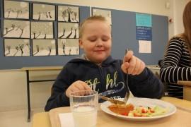 Oskari Hollon lautasella oli salaattia, perunaa ja kastiketta.