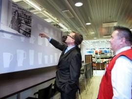 K-Citymarketit ja muut K-ketjun kaupat uudistuvat paikkakunnan näköisiksi ja kauppiaat nostetaan toiminnan keskiöön- – Kauppiaat tuntevat alueen kuluttajien tarpeet ja kilpailutilanteen, pääjohtaja Mikko Helander sanoo. Loimaalla esiin nousee perinne, jota on kaupassa näkyvillä jo nyt. – Isoäitini Aili Koenkytö piti Haaralla talouskauppaa pappani Einarin kanssa, kauppias Jyrki Koenkytö sanoo. Helander kävi tutustumassa kaupan lisäksi myös paikalliseen koripallohuumaan Bisonsin ottelussa. Kuva: Kati Uusitalo