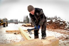 Kauko Pekkarinen on työskennellyt hirrenveistäjänä jo reilut 30 vuotta. Kuva: Sampsa Hakala