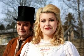 Johanna ja Jarmo Suokas kehuvat Kurjat-näytelmän puvustajaa. Kuvassa isä ja tytär velkojan ja Cosetten rooliasuissaan. Kuva: Heidi Pelander