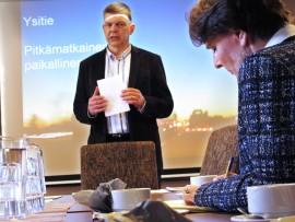 Ysitien parannushankkeet olisivat Loimaan näkökulmasta katsoen tärkeitä, viestitti kaupunginhallituksen puheenjohtaja Teuvo Suominen liikenne- ja viestintäministeri Anne Bernerille. Pian nähdään mitä ministeri vihkoonsa kirjoitti, sillä päätökset teiden korjausvelan lyhentämiseen tarkoitettujen rahojen kohteista tehdään kevään aikana. Kuva: Kati Uusitalo