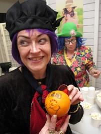 Johanna Santanen ja Pirjo Myllymäki torjuivat Torin kengässä kaikkien kevätväsymystä värikkäillä noitamaisilla asuillaan ja omin käsin tuunatuilla appelsiineilla. Kuva: Kati Uusitalo