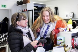 Prättäkitti ihmetteli, mikä se tuollainen muovikortti on, jolla Marita Muntto aikoi maksaa ostoksensa. Kuva: Kiti Salonen