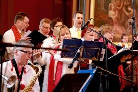 Musisoinnista vastasivat Kanta-Loimaan kirkkokuoro sekä Kauppala Big Band Combo, jotka esiintyivät kirkon kuoriosassa. Kuva: Sampsa Hakala