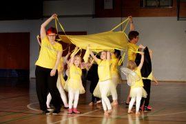 Mellilän 3–6-vuotiaat liikuntaleikkikoululaiset toivat lavalle auringon voimaa. Kuva: Kiti Salonen