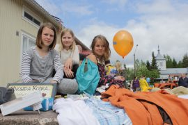 Sohvi Rantala, Iida Jalavikko ja Anni-Leena Mäkelä keräsivät kirppismyynnillä rahaa Eräjormat-kerholle. (Kuva: Kiti Salonen)