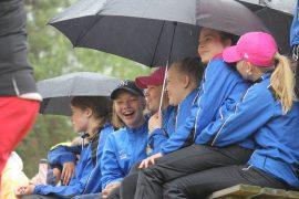 Espoon Pesiksen Juulia Taponen, Peppi Hyvönen, Julia Sivonen, Iina Yrjänheikki ja Aino Huovinen eivät antaneet sateen haitata avajaistunnelmaa.