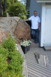 Kalliota on jätetty terassille näkyviin, ja se luokin tunnelmallisen käytävän etu- ja takapihan välille. Terassin on rakentanut Ari Lehtinen. Kuva: Maija Paloposki
