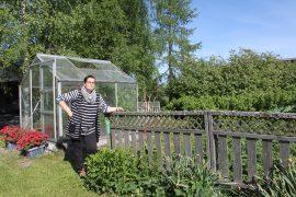 Kotipihan puutarhassa on hyötykasveja, kuten marjapensaita, raparperia ja mansikkamaa. Siellä Minna Tuomisto puuhailee keväästä syksyyn. Kuva:Maija Paloposki