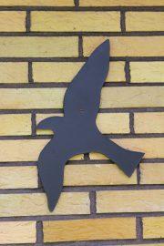 Jaana Anttila on taiteillut omakotitalon seinään lintuja. (Kuva: Kiti Salonen)