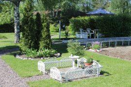 Etupihalla on kasvimaa, käytäviä, istutuksia ja lintupatio. (Kuva: Kiti Salonen)