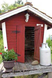 Vanha maitolaituri tarjoaa istuskelupaikan pihalle tullessa. Siinä voi vaikka odotella vieraiden saapumista tai katsella ohikulkijoiden virtaa. Kuva: Anu Salo