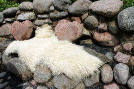 Puutarhan kivistä istuinpenkkiä koristavat sydämenmuotoiset kivet. Kuva: Marianne Rovio