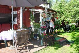 Väinö ja Kaarina Tanhuanpää viettävät osan vuotta Raumalla, osan Hennijoella. Mökki on vehreällä pihalla ja metsän ympäröimä, mutta naapureitakin on lähellä. Kuva: Anu Salo