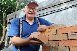 Loimaan Saunalahdessa asuva Timo Nylander on tehnyt ikänsä tulisijoja, mutta muuraaminen kiinnostaa edelleen. Maaliskuinen Nepalin-reissu jäi mieleen opettavaisena ja mainiona matkana, joka ei kaduta.  Kuva: Maija Paloposki
