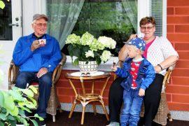 Terassilla on mukava juoda kahvia tai syödä jäätelöä yhdessä läheisten kanssa. Aulis, Leena ja Lenni Salo sen tietävät. Kuva: Emilia Voltti