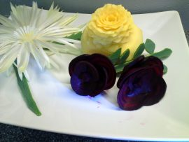 Kukka-asetelma syntyi purjosta, punajuurista ja lantusta. Kuva: Tuula Jokela