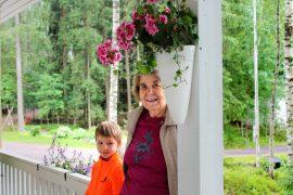 Antti Ristanen ja Riitta Mäki-Punto viettävät usein aikaa terassilla maisemia katsellen. Kuva: Siiri Jumppanen