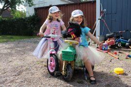 Milja ja Myy Vuorio saavat itse valita vaatteensa ja lelunsa mutta päätyvät silti usein samaan. Milja tosin pitää vaalenpunaisesta ja Myy sinisestä. Kuva: Kiti Salonen