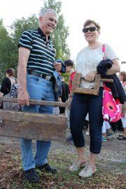 Sampo ja Liisa Salonen aikoivat tehdä työkalupakista lehtitelineen. Mukaan tarttui myös Arabian sokerikko ja kermakko sekä ruuvipuristin. – Löysimme kaikkea vanhaa, niin kuin mekin olemme. (Kuva: Kiti Salonen)