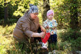 Suvi ja Amelia Havukainen hakevat metsästä marjojen ja sienten ohella harmoniaa ja hyvää mieltä. Kuva: Maija Paloposki