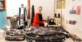 Maija Onnela käy ompelemassa töitään Loimaalla viikon parin välein. Suunnittelutyöt hän tekee kotonaan Tampereella. Kuva: Kiti Salonen