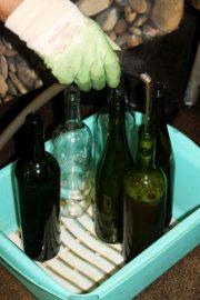 Mehuasemalla pästoroitu omenamehu valutetaan kuumennettuihin pulloihin. Kuva: Marianne Rovio