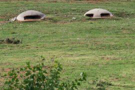 Diktaattori Enver Hoxhan kaudella jokainen albanialainen joutui rakentamaan bunkkerin. Siksipä niitä löytyy pitkin poikin peltoja.