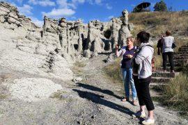 Kivettyneet häät -kivimuodostelman on sanottu kuvaavan ison hääseuruetta. Eeva Aaltonen, SInikka Kannisto ja Minna Kulmanen miettivät, kuka on kuka joukossa.