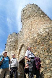 Tsaari Samuilin linnoitus kohoaa jykevänä Ohridin kaupungin ja järven ylle. Linnoitusta ihailemassa Aino Suomi, Vesa Kauppinen ja Mauno Suomi.