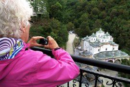 Luostari vuorenrinteessä. Makedoniassa riittää korkeuseroja kuvattavaksi. Kameran takana Aino Suomi. Lukijamatkalaiset toi vuoren huipulle taksikolonna.