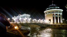 Skopjen keskusta on rakennettu omassa projektissa uuteen kukoistukseen. Tässä se säkenöi iltavalaistuksessa.