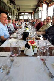 Viinitilalla oli pöytä koreana.  Perinteisten makedonialaisten ruokien kyytipoikana nautittiin paikallisia makuja myös lasista. Etualalla Vesa Kauppinen ja  Esko Tiiri.