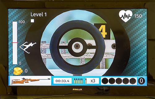 Ampumahiihtosimulaattorissa voi hiihtää ja ampua oikeilla ampumahiihdon maailmancupin reiteillä. Simulaattorissa kilpaillaan myös reaaliaikaisesti muita pelaajia vastaan. Kuva: SSS/Minna Määttänen.