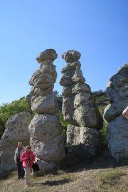 Kivettyneet häät -kivimuodostelma oli melkoinen näky. Kuvassa Lauri Toivonen ja Inkeri Rautias.