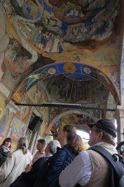 Luostarin maalauksia ihailemassa.