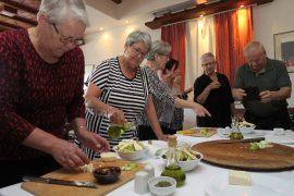 Sirkka Rosti ja Tarja Vehviläinen kokkasivat paikallisia ruokia viinitilalla.