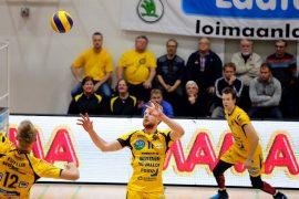 Tuomas Koppanen, Harrison Peacock ja Mikko Oivanen antoivat pallolle vauhtia eleillään ja ilmeilläänkin. Kuva: Juuso Riponiemi