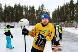Ville Niiranen haaveilee täysimittaisesta jääkiekkokaukalosta. Hän järjestäisi mielellään lisää höntsäkiekkoa Virttaalla. Kuva: Marianna Langenoja