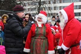 Jussi-Pekka Niittymäki kyseli muorilta ja joulupukilta, miten matka Korvatunturilta Loimaalle meni. Muori ja pukki kertoivat alkumatkan taittuneen rekikyydissä ja loppumatkan menneen saapasteluksi savessa. Kuva: Kiti Salonen