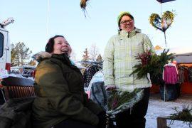 Jenny Knuutila ja Noora Rantanen keräävät matkarahaa luonnonmateriaaleista tehtyjä kransseja ja asetelmia myymällä. – Tämä on mukavaa puuhastelua ja samalla tulee ulkoiltua. (Kuva: Kiti Salonen)