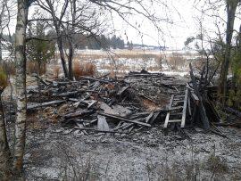 Tulipalo tuhosi piharakennuksen. Kuva: Simo Päivärinta