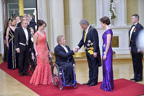 Leo-Pekka Tähti kätteli presidenttiparia ensimmäisten joukossa.