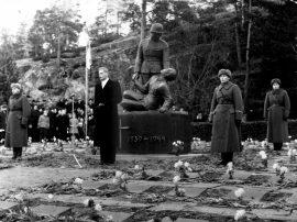 Sankaripatsaan paljastustilaisuus 6.12.1953. Patsaan edessä pastori Kauko Sainio (Suomen pisin pappi).