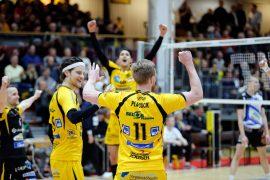 Jesse Mäntylä, Tomi Mutka, Luke Smith ja Harrison Peacock tuulettavat taas yhden voitetun pallon riemua. Kuva: Juuso Riponiemi