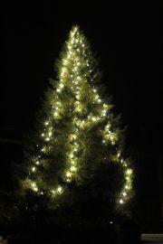 Kannattaa tulla kauempaakin katsomaan joulukuusen kauneutta Vampulan keskustassa. Kuva: Armi Kaunisto