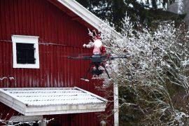 Joulupukki päätti tulla tarkastamaan, minkälainen lumitilanne on Loimaalla aattoa varten. Parempi tulla helikopterilla, koska lunta ei kertakaikkiaan ole. Kuva: Harry Willman