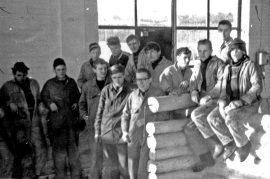 Tänä vuonna jo 50 vuotta täyttäneen Latupirtin kehikkoa veistettiin lahjoitetuista tukeista Loimaan ammattikoulussa vuonna 1965 tai 1966. Oppilaat edessä: Aimo Järvinen, Matti Laakso, Arto Aalto, Arto Rouhiainen ja Seppo Mäkelä. Takana: Pertti Juuri, Ilpo Lehtonen, Esa Puisto, Pentti Kankaanpää, Jorma Jussila, Pekka Jokela, Unto Sihvonen ja Jarmo Lehtonen, joka toi kuvan toimitukseen.
