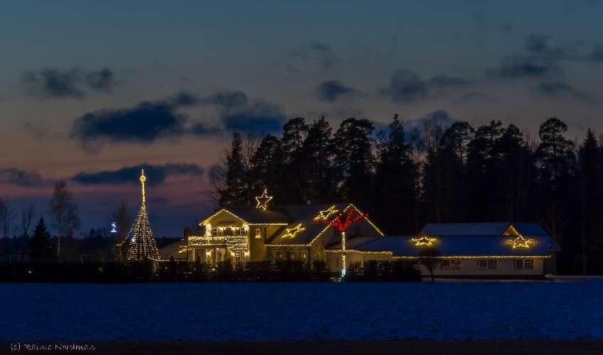 Hei! Tässä kolme kuvaa Loimaa vuonna 2017 -tiedostoihin. Kuvat on otettu 4.1.2017 illansuussa. Kohteina kuvissa ovat Petäjämäen kiinteistöjen jouluvalot Mäki-Kitkontien varresta Loimaan Suokulmalta. Olen kuvat itse kuvannut. Kuva: Raimo Nordman.